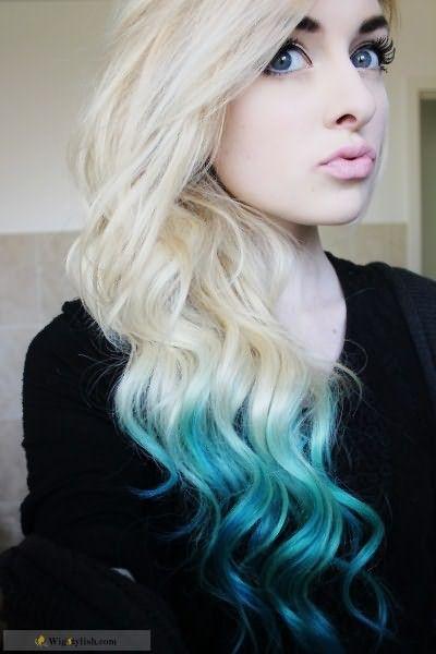 Платиновые блондинки могут экспериментировать, окрашивая кончики в смелые цвета