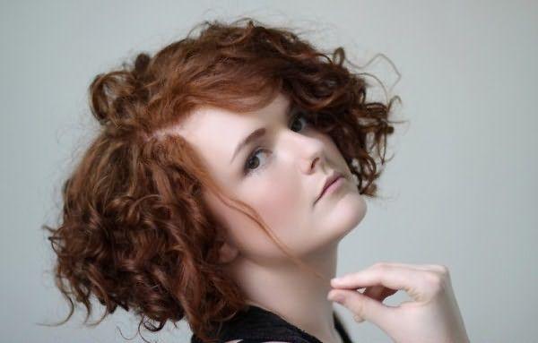 На короткие волосы не рекомендуется применять горизонтальный метод с использованием коклюшек, велика вероятность, что вы обретете бесформенную копну завитков