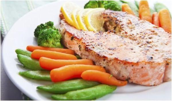 Тарелка с рыбой и овощами