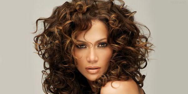 Фото: красивая и аккуратная прическа из волнистых волос