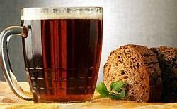 На фото: темное пиво и ржаной хлеб. Отличное средство для волос