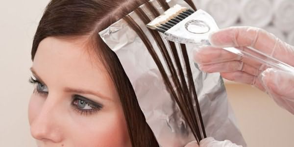 Девушка окрашивает волосы у мастера