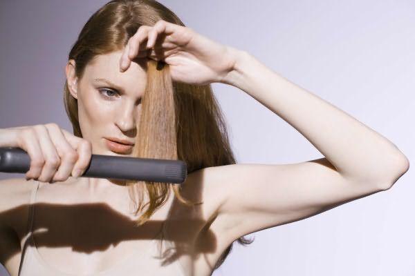 Единственный способ добиться идеальной ровной челки — выпрямление ее своими руками с помощью утюжка и фиксирующего лака