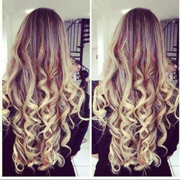На длинных волосах завитки, полученные с помощью плойки, выглядят особенно эффектно