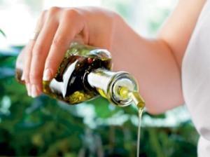 Масла – отличный способ увлажнить безжизненные и сухие локоны.