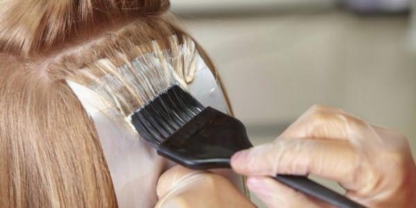 Наложение краски на волосы специалистом