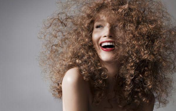 Кудрявые волосы по своей природе пористые и легко электризуются