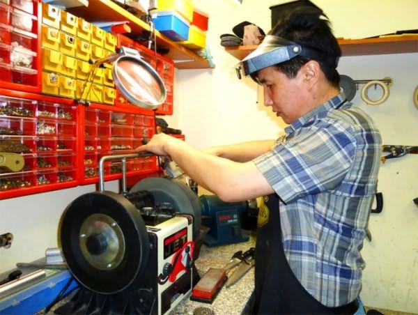 Если вы не знаете, как наточить лезвие машинки для стрижки, то услуги профессиональных мастерских – лучший вариант