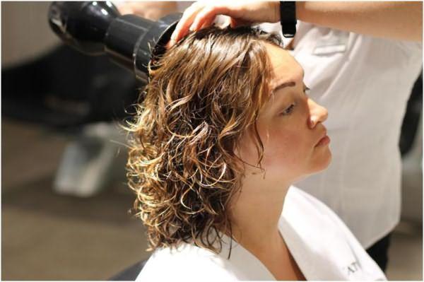 Процесс сушки волос средней длины с помощью фена и насадки диффузора