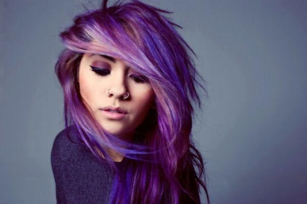 Девушка с фиолетовым оттенком волос