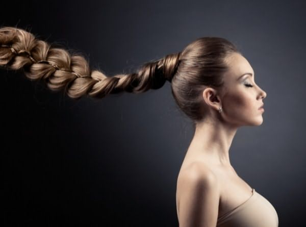 Традиция плести косы берет свое начало с древних времен, считалось, что длинные пряди, сплетенные между собой, защищают женщину и ее семью от злого глаза и зависти окружающих