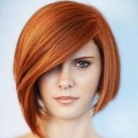 прически с косой челкой на средние волосы 6