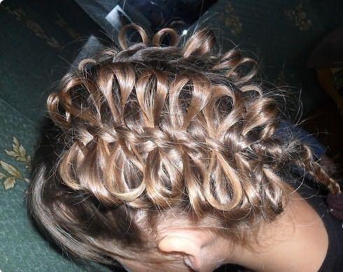 Очень красив колосок с бантиками из волос.