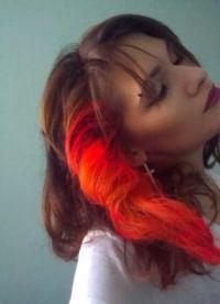 красные пряди на темных волосах 9