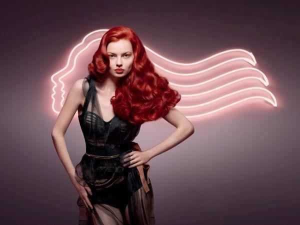 Всем, кто привык удивлять и выглядеть неординарно, подойдут медно-красные цвета, которые отлично справляются с заданной задачей.