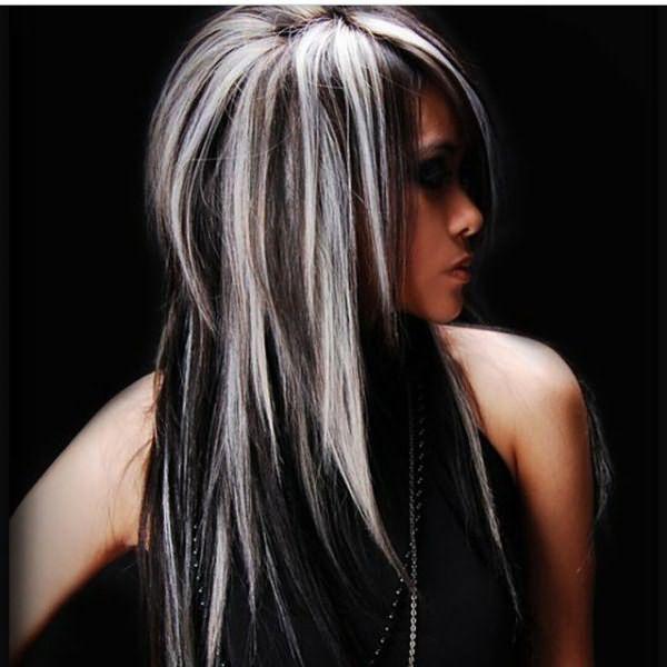 Девушка с белым мелированием на черные, длинные волосы