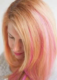 розовые пряди на светлых волосах 2