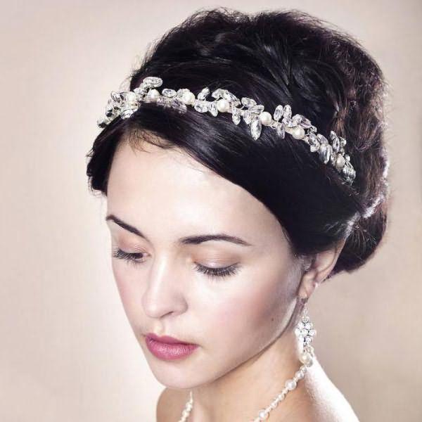 свадебные платья и диадема в волосах