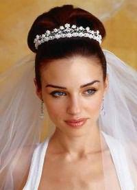 Свадебные прически на средние волосы с фатой12