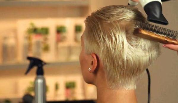 Фото проведения укладки ультракороткой причёски пикси мастером в салоне красоты