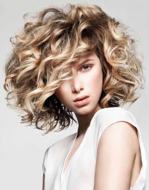 как подстричь волнистые волосы средней длины 1