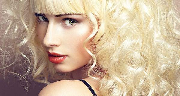 Вьющиеся волосы цвета блонд