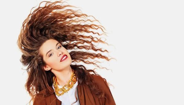 Девушка с окрашеными волосами