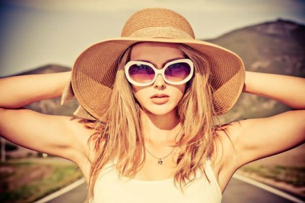 Летом у девушек появляется распространенная проблема — выгорание локонов