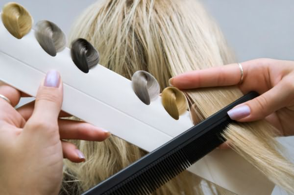 После обесцвечивания волосам легко придать чистый оттенок