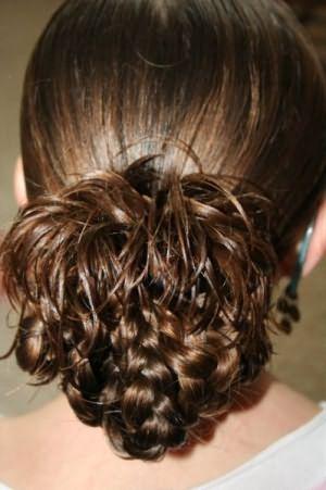 Праздничные косички для девочек будут отлично смотреться на длинных и густых волосах
