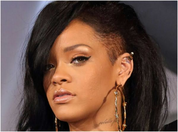Если молодая девушка в душе бунтарка, то возможно ей подойдет подобный вариант стрижки на средние волосы