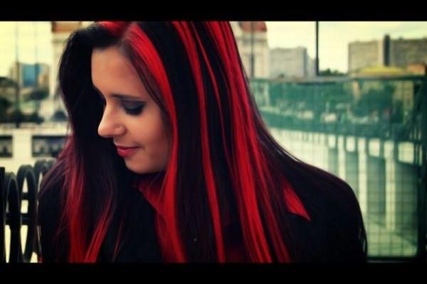 Длинные черные волосы с красными прядями смотрятся очень эффектно.