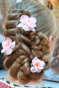 Прическа, украшенная цветами