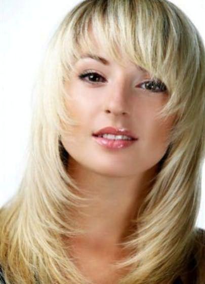 женская стрижка лесенка на средние волосы 5