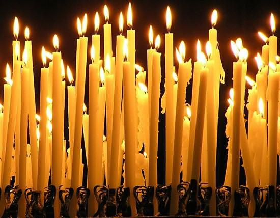 Приворот на волос девушки выполняют на церковную желтую свечу