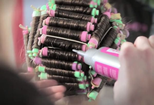 Фото нанесения состава на накрученные пряди волос