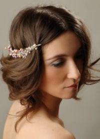 варианты укладки волос средней длины9