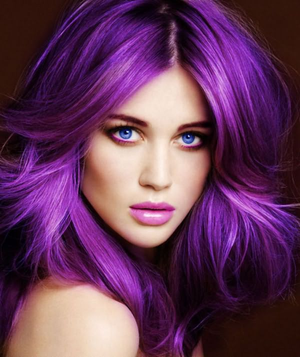 Девушка с фиолетовым цветом волос и голубыми глазами
