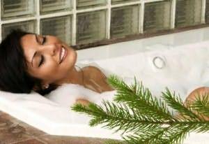 Принятие ванны с отварами, настойками из трав или эфирными маслами лучше помогает распарить проблемный участок.