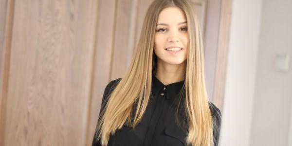 Девушка с брондированием на светлых волосах