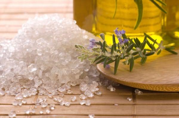 Морская соль – великолепная основа для домашнего скраба