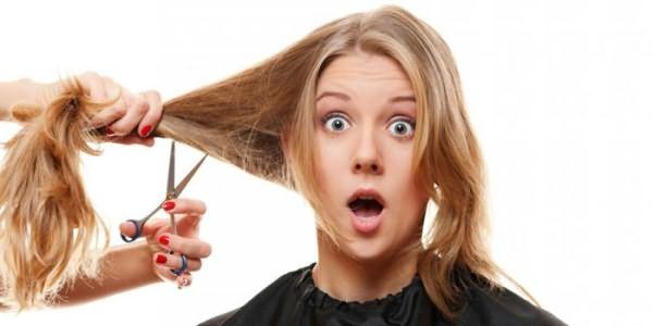 Девушке стригут волосы