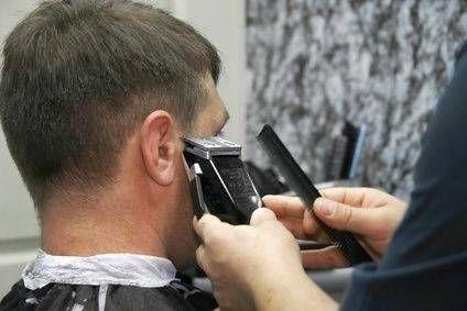 При стрижке волос с помощью машинки важно ее крепко держать в руках