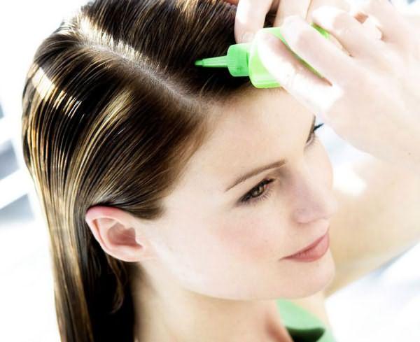 девушка лечит волосы