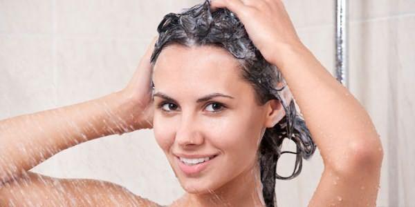 Девушка смывает маску с волос