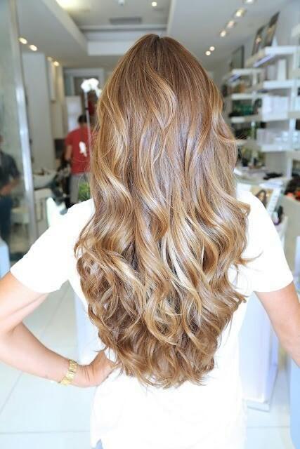 Многих девушек интересует, как отрастить осветленные волосы, как вариант - покрасить в свой естественный цвет.