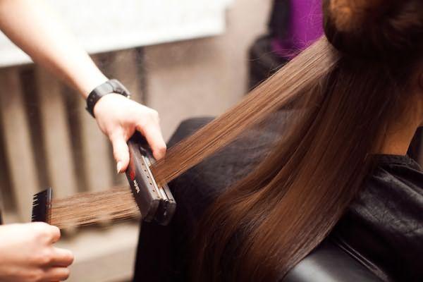 Профессионал обязательно объяснит, чем мыть волосы после кератинового выпрямления.