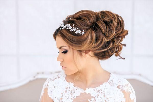 Свадебные прически с диадемой на средние волосы подходят для наряда с полупрозрачным декольте