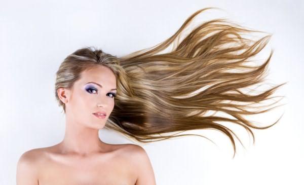 Женщина с развивающимися волосами