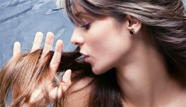 Девушка проверяет волосы